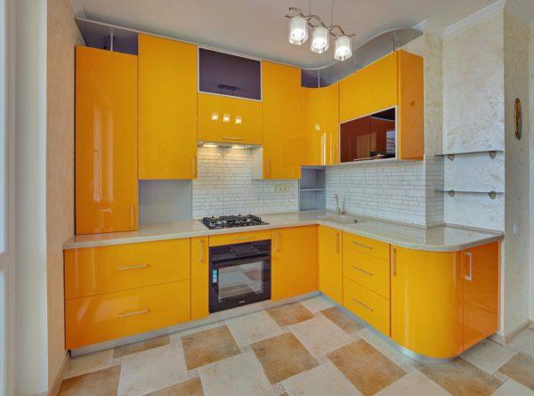 Угловая глянцевая кухня в Калининграде