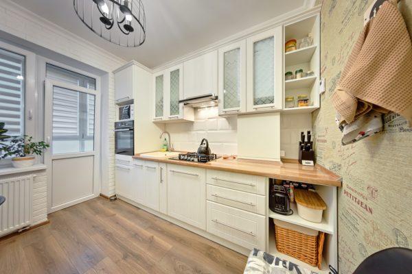 Прямая кухня из дерева в Калининграде
