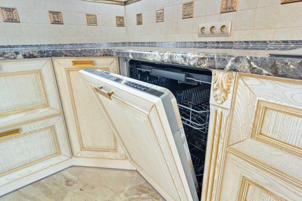 Угловая кухня из дерева на заказ в Калининграде