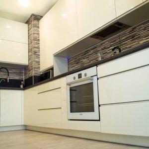 Белая кухня глянцевая угловая в стиле модерн в Калининграде