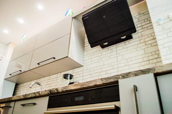 Прямая глянцевая кухня в стиле модерн на заказ в Калининграде
