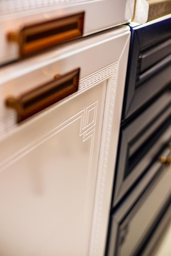 Бело-синяя кухня в классическом стиле Versace в Калининграде