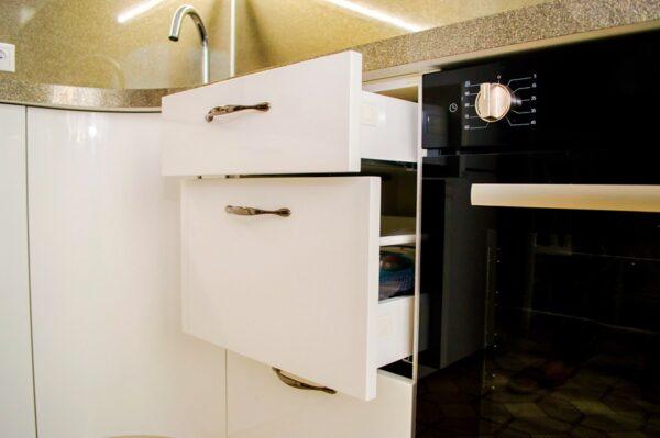 Белая угловая глянцевая кухня на заказ в Калининграде
