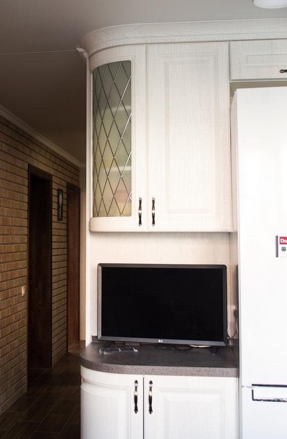 Белая угловая кухня с радиусными фасадами в классическом стиле. Кухни на заказ в Калининграде