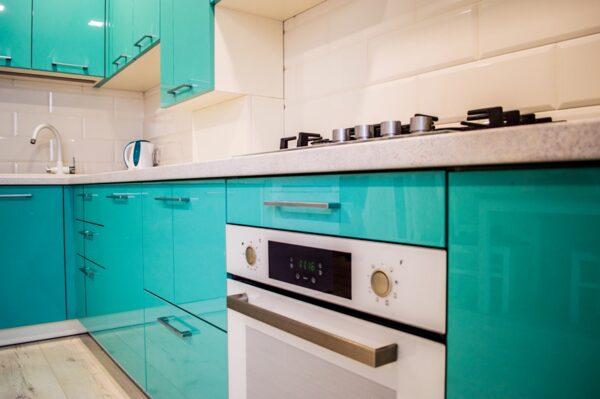 Бирюзовая угловая глянцевая кухня в стиле модерн на заказ в Калининграде